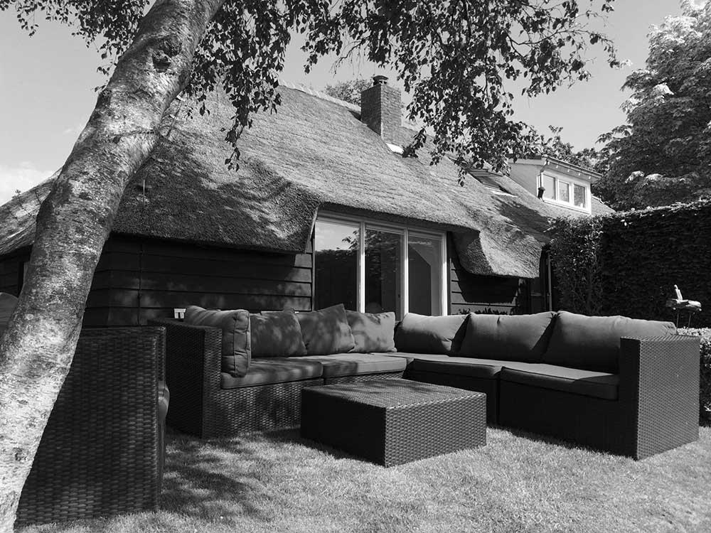 Zijkant werkplek met lounge set